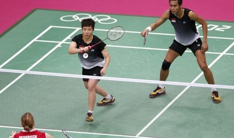 Indonesia's Tontowi Ahmad (R) and Liliyana Natsir play against Denmark's Christinna Pedersen (L) and Denmark's Joachim Fischer (not pictured) during their mixed doubles badminton bronze medal match during the London 2012 Olympic Games at the Wembley Arena