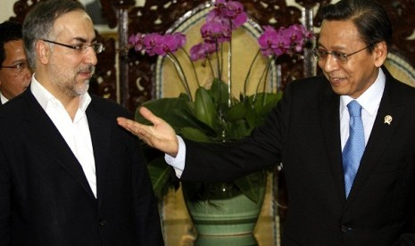 Indonesian Vice President Boediono welcomes his counterpart, the visiting Iranian VP Ebrahim Azizi at Vice Presidential Palace in Jakarta, Friday.