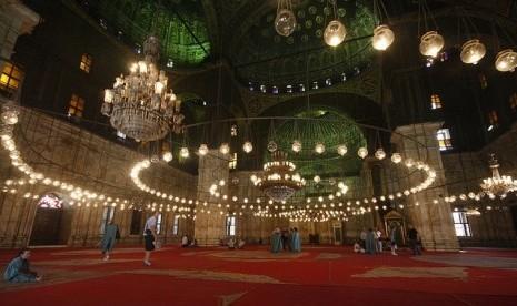 Interior Masjid Muhammad Ali Pasha di Kairo, Mesir.