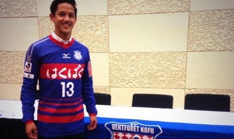 Irfan Bachdim  tampil 'narsis' dengan seragam baru Ventforet Kofu