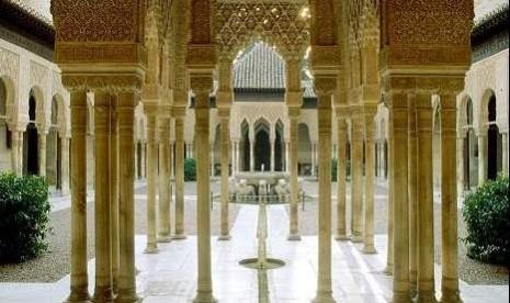 Istana Alhambra, Granada, Spanyol adalah salah satu pencapaian besar arsitektur Islam.