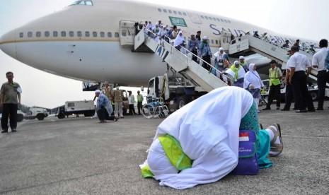 Jamaah haji melakukan sujud syukur saat tiba di bandara Halim Perdana Kusuma, Jakarta, Rabu (5/11)