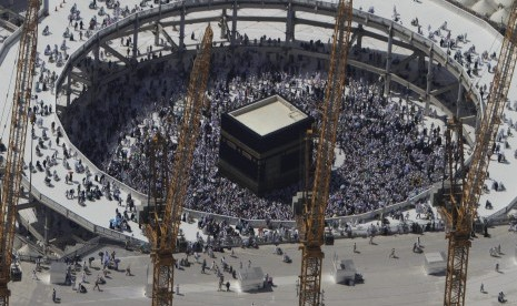 Jamaah saat berada di Kabah di Makkah, Arab Saudi