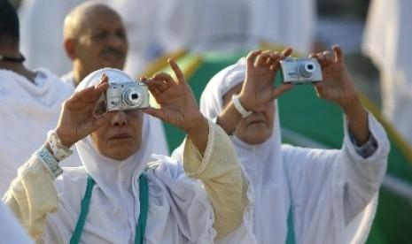 Jamaah umrah tengah mengabadikan kota suci Makkah.