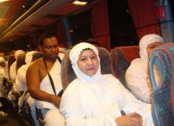Jamaah calon haji Indonesia di atas bus menuju madinah.