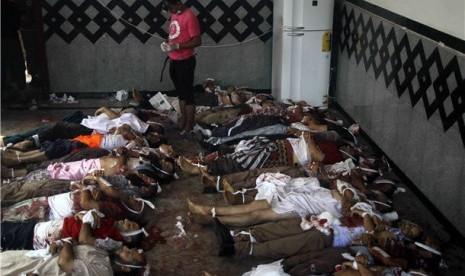 Jasad demonstran pendukung presiden terguling Mesir, Muhammad Mursi, diletakkan di lantai di rumah sakit darurat di dekat Masjid Rabaa Adawiya, Kairo, Rabu (14/8).