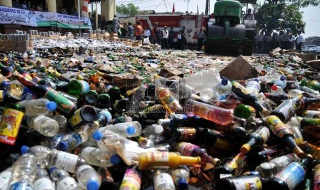 Jelang Ramadhan, Pemkot Depok Musnahkan Ribuan Botol Miras