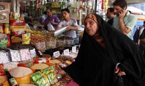 Sejumlah warga sedang berbelanja di pasar tradisional di pusat kota Baghdad, Irak beberapa waktu lalu. (Karim Kadim/AP)