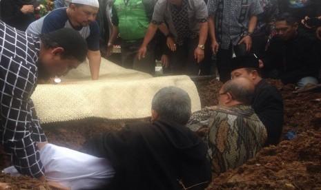 Personel 'Project Pop' Ziarah ke Pusara Oon