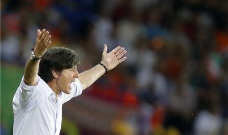 Joachim Loew, pelatih timnas Jerman, berteriak meluapkan kegembiraannya usai timnya mengalahkan Belanda di laga kedua Grup B Piala Eropa 2012 di Kharkiv, Ukraina, pada Rabu (13/6).