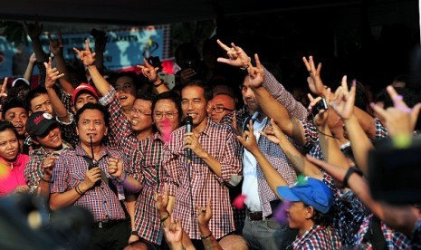 Joko Widodo (center) or Jokowi, meet his supporters in Jakarta on Thursday. According to quick count, Jokowi with his running mate, Basuki Tjahaja Purnama, slightly win from their rivals,  Fauzi Bowo and Nachrowi Ramli.
