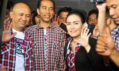 Joko widodo (kiri) menemani pasangan Calon Gubernur Jabar, Rieke Dyah Pitaloka dan Teten Masduki (Paten) kampanye di daerah Rancaekek, Bandung, Jawa Barat, Sabtu (16/2).