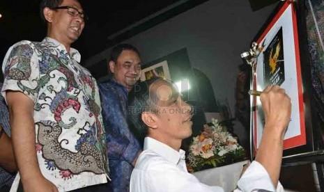 Presiden terpilih, Joko Widodo memberikan tanda tangannya didampingi Pemimpin Redaksi Harian Republika, Nasihin Masha saat peluncuran buku 'Perjuangan Melawan Lupa' di Jakarta, Selasa (2/9). (Republika/Agung Supriyanto)