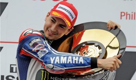 Jorge Lorenzo, pebalap Yamaha Factory Racing asal Spanyol, melakukan selebrasi usai menjuarai seri GP Australia di Sirkuit Phillip Island, Victoria, Ahad (20/10).