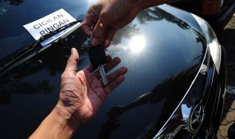 Jual beli atau kredit mobil (ilustrasi).