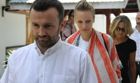 Jurnalis Perancis, Thomas Dandois (kiri) dan Valentine Bourrat (tengah) dipenjarakan saat syuting program dokumenter di Papua Barat tanpa izin memadai.
