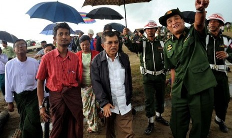 Jusuf Kalla (center) visit Rohingya refugees in Rakhine, Myanmar, recently.