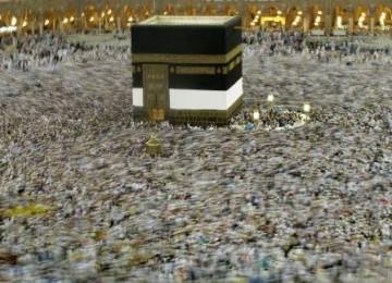 Jutaan umat muslim melaksanakan Tawaf (mengelilingi Kabah) usai Shalat Subuh di Masjidil Haram, Mekkah, Arab Saudi