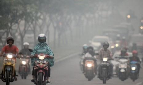 Kabut asap menyelimuti Pekanbaru.