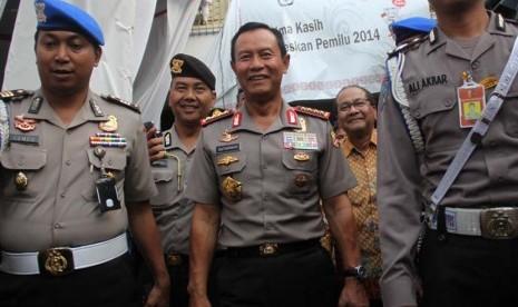 Kapolri Jenderal Polisi Sutarman meninjau pengamanan proses rekapitulasi suara nasional di Gedung KPU, Jakarta Pusat, Jumat (9/5).