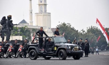 Kapolri Jenderal Timur Pradopo berkeliling menggunakan jeep mendekati para anggota peserta upacara pada upacara peringatan HUT ke-67 Brimob di halaman Markas Korps Brimob Kelapa Dua, Depok, Jawa Barat, Rabu (14/11).