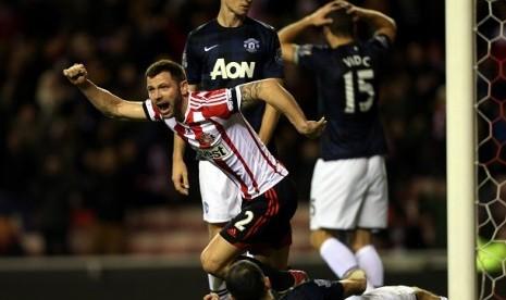 Kapten Sunderland, Phil Bardsley merayakan gol ke gawang Manchester United dalam Semifinal Capital One Cup di Stadium of Light, Selasa (7/1) waktu setempat.