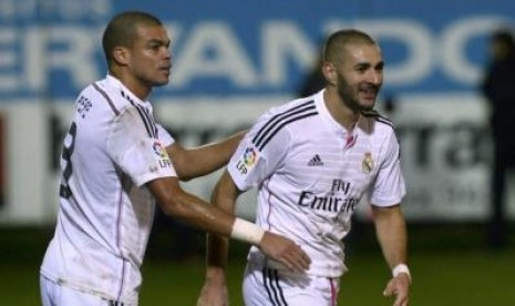 Karim Benzema (kanan) merayakan golnya ke gawang Eibar bersama Pepe, Ahad (23/11) dini hari WIB.
