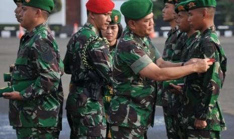Kasad Jenderal TNI Budiman memberikan Kenaikan Pangkat Luar Biasa kepada prajurit TNI AD, Jumat (25/10)