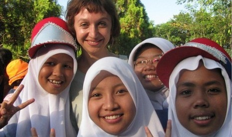 Kath Papas (center) with local children in Desa Tegowangi, Kediri, at Arts Island Festival.
