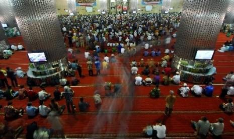 Muslimin saat melaksanakan Shalat Jumat di Masjid Istiqlal, Jakarta
