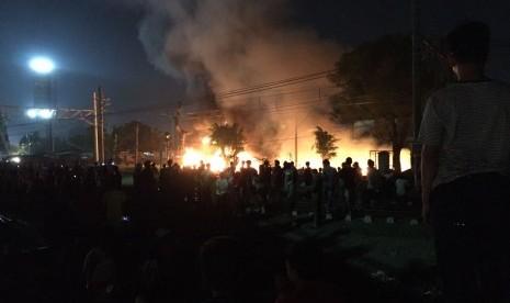 Dua Mobil Pemadam Bantu Padamkan Kebakaran di Flyover Kranji