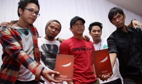 Kelompok musik, Noah yang sebelumnya bernama Peterpan terdiri dari (kiri-kanan) David, Reza, Ariel, Uki, Lukman hadir pada syukuran pergantian nama baru Peterpan di Musica Studio, Jakarta, Kamis, (2/8).
