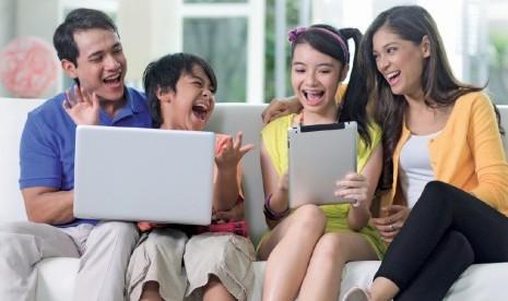 Keluarga bermain internet (ilustrasi)