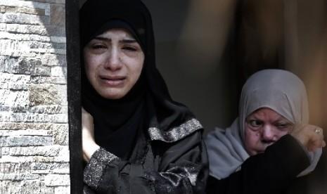 Keluarga Ehsan al-Agha menangis saat kehilangan salah satu anggotanya akibat serangan Israel di Khan Younis, Gaza selatan.