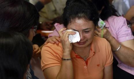 Keluarga korban menangis saat mendengar berita ditemukannya serpihan pesawat Air Asia.