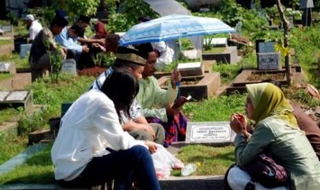 Keluarga Muslim saat ziarah kubur.