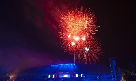 Kembang api dinyalakan menandai dibukanya ajang olahraga Islamic Solidarity Games (ISG) III di Stadion Gelora Sriwijaya, Komplek Olahraga Jakabaring, Palembang, Sumatera Selatan, Ahad (22/9).  (Antara/Ismar Patrizki)