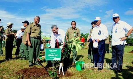 In Picture: KLHK Tanam 250 Pohon Endemik di Kawasan Ecopark Cibinong