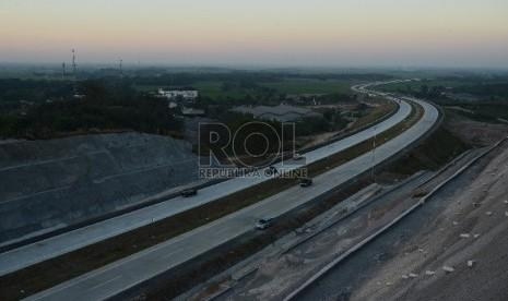 Kendaraan melintasi Ruas Jalan Tol Cipali yang belum terpasang penerangan jalan umum, Jawa Barat, Jumat (26/6).   (Republika/Raisan Al Farisi)