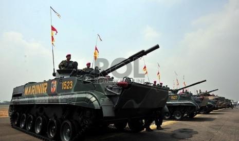 Kendaraan tempur milik TNI ditampilkan saat acara gladi bersih upacara peringatan ke-67 Hari Jadi TNI di Bandara Halim Perdanakusuma, Jakarta Timur, Rabu (3/10).(Edwin Dwi Putranto/Republika)