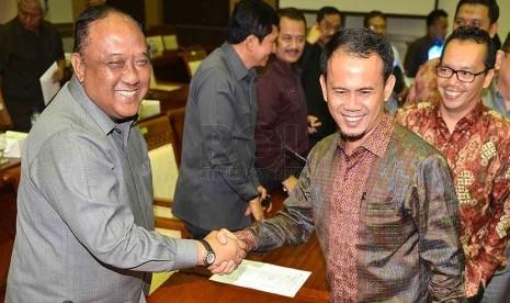 Kepala Badan Intelijen Negara (BIN), Letjen TNI (Purn) Marciano Norman (kiri) bersalaman dengan Ketua Komisi 1 DPR, Mahfudz Sidiq (kanan) usai mengikuti rapat kerja dengan Komisi I DPR di Kompleks Parlemen, Senayan, Jakarta, Senin (24/2).