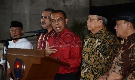 Kepala Deputi V Kemenpora sekaligus ketua tim sembilan bentukan Menpora, Gatot Dewa Broto memberikan keterangan terkait Indonesia Super League (ISL) baru-baru ini.