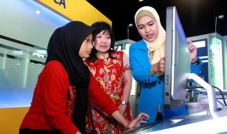Kepala Divisi Strategi & Pengembangan Operasi Layanan BCA, Lilik Winarni Soedarso (tengah) sedang menjelaskan layanan gerai digital MyBCA kepada nasabah BCA.