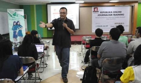 Kepala Republika Online, M. Irwan Ariefyanto memberikan materi pelatihan jurnalistik di Kampus FE UI , Depok.