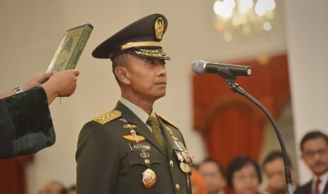 Kepala Staf Angkatan Darat (KSAD) Letnan Jenderal TNI Mulyono mengucapkan sumpah jabatan saat pelantikan yang dipimpin Presiden Joko Widodo di Istana Merdeka, Jakarta, Rabu (15/7).