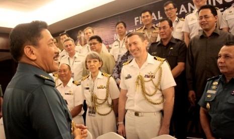 Kepala Staf TNI AL Laksamana TNI Marsetio (kiri) menyapa delegasi negara peserta Multilateral Naval Exercise Komodo 2014 di Batam, Kamis (16/1).