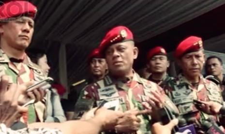 Kepala Staf TNI Angkatan Darat (KSAD) Jenderal TNI Gatot Nurmayanto (Tengah)