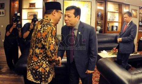 Ketua Badan Pemeriksa Keuangan (BPK) Harry Azhar Aziz (kiri) bersalaman dengan Ketua Dewan Perwakilan Rakyat (DPR) Setya Novanto (kanan) saat tiba untuk melakukan pertemuan di ruang pimpinan Gedung Nusantara III, Kompleks Parlemen Senayan, Jakarta Pusat, K