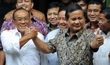 Ketua Dewan Pembina Partai Gerindra Prabowo Subianto (kanan) berjabat tangan dengan Ketua Umum Partai Golkar Aburizal Bakrie didampingi jajaran petinggi kedua partai usai melakukan pertemuan tertutup di kediaman Aburizal, Menteng, Jakarta, Selasa (29/4).
