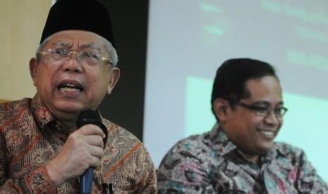 Ketua Harian Dewan Syariah Nasional Majelis Ulama Indonesia (MUI) KH Ma'ruf Amin (tengah) memberikan paparan dalam Dialog Keuangan Syariah di Islamic Banking and Finance Institute, Jakarta, Kamis (19/9). Bersama Direktur Industri Keuangan Non Bank (IKNB) O
